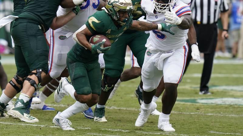 Florida defensive lineman Zachary Carter (6) stops South Florida running back Brian Battie...