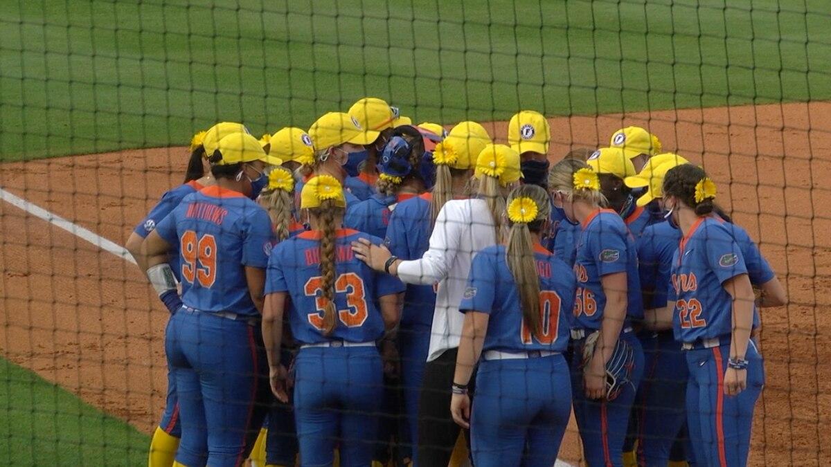 Gators huddle before taking series over LSU Saturday