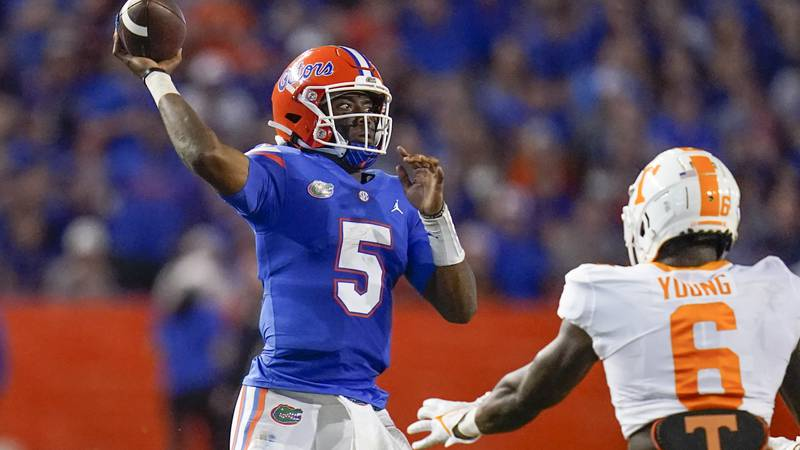 Florida quarterback Emory Jones (5) throws a pass over Tennessee linebacker Byron Young (6)...