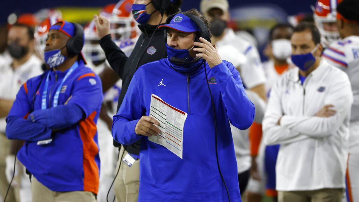 Florida coach Dan Mullen, center, watches play against Oklahoma during the first half of the...