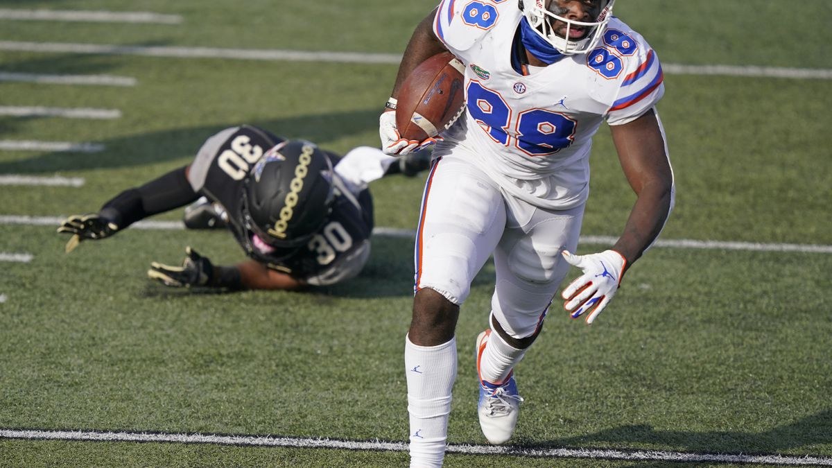 Florida tight end Kemore Gamble (88) leaves Vanderbilt's De'Rickey Wright (30) behind as Gamble...