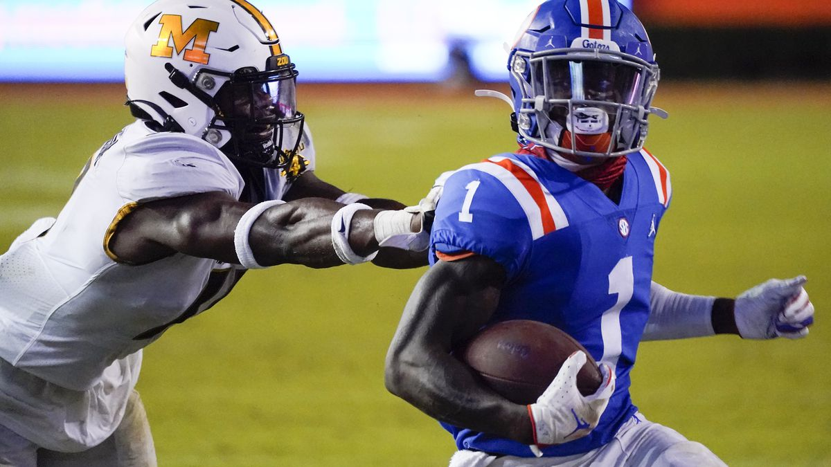 Florida wide receiver Kadarius Toney (1) runs for a 16-yard touchdown as he gets past Missouri...