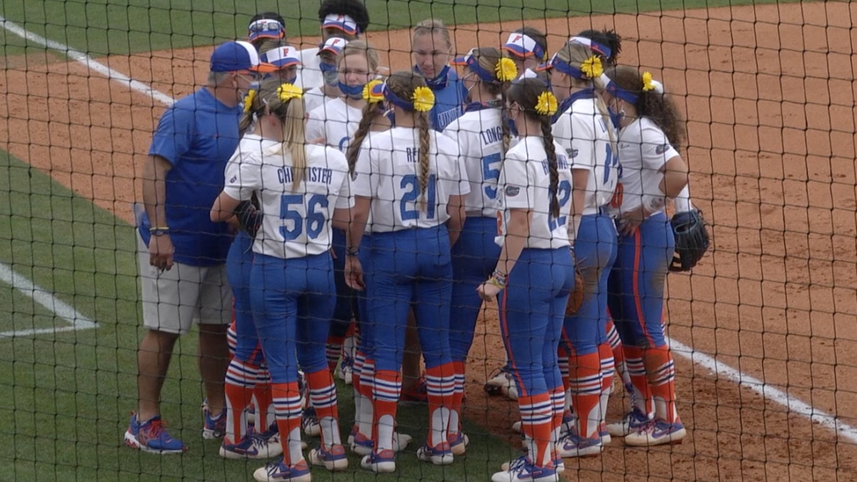 Gators huddle before taking on Western Kentucky